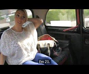 راننده تاکسی ، سینه و الاغ خود را روشن می کند و مسافر خود را می گیرد
