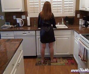 مادر در آشپزخانه پسرش را بازی نمی کند
