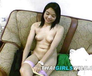 دختر آماتور نوجوان تایلندی در اتاق کوتاه مدت کرامپ می شود