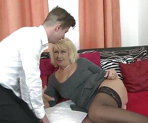 مادر پیر زرق و برق دار که جوان را معاشقه می کند