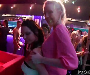 لزبین های سکسی در حال رقص در باشگاه