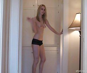 دوست دختر در سالن برهنه می شود