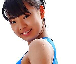 بیکینی آبی نوجوان آسیایی کاملا غیر برهنه
