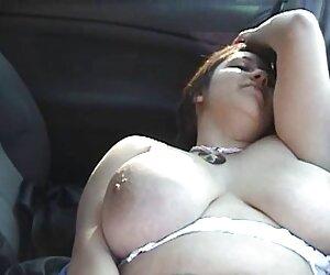 دختر زیبا و زیبا در فضای باز در اتومبیل خودارضایی می کند