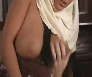 دختر مسلمان عرب با جوانان بزرگ -J. ب