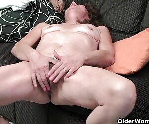 انگشت بانوی پیر مویی یک فیلم تصویری سکسی