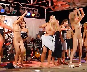 زنان برهنه که روی صحنه می رقصند