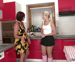 صحنه لزبین داغ بالغ و جوان در آشپزخانه