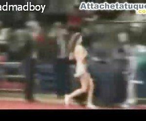 Cheerleader در طول یک بازی بسکتبال قسمت بالایی خود را برمی دارد