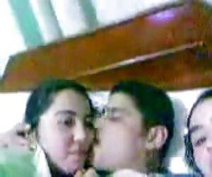 مرد عرب دو دختر مصری عرب را در رختخواب می بوسد