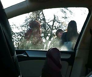 فلش ماشین 4 دختر در یک ایستگاه اتوبوس