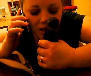 همسر تقلب در تلفن با شوهر در حالی که مکیدن دیک سیاه بزرگ است