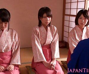 بچه های زیبای کیمونو ژاپنی مجارستانی از روی دوست پرش می کنند