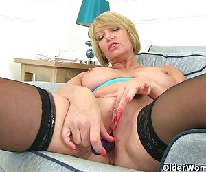 milf انگلیسی امی عسل خود را سیر می کند