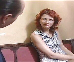 موی سرخ با ارغوانهای تراشیده گربه و روی یک میز لعنتی می شود