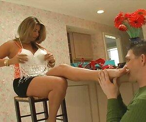 مادر استپ-مادر پس از خرید پا را تمیز می کند