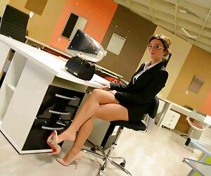 Upskirt: منشی شیطان در کفش پاشنه بلند و جوراب شلواری